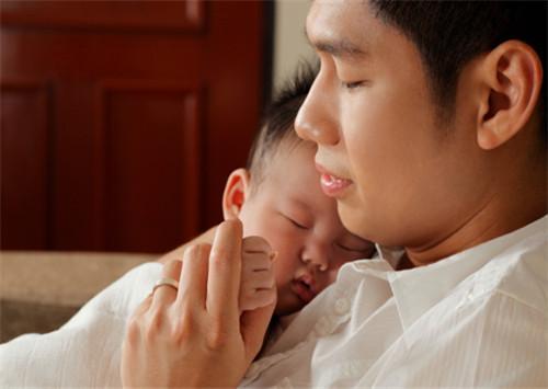 看到刚出生的宝宝,别人都笑了,可他却哭了