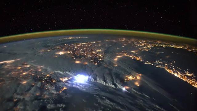 NASA在太空又發現地球的奇怪閃光,卡爾-薩根的解釋說不通